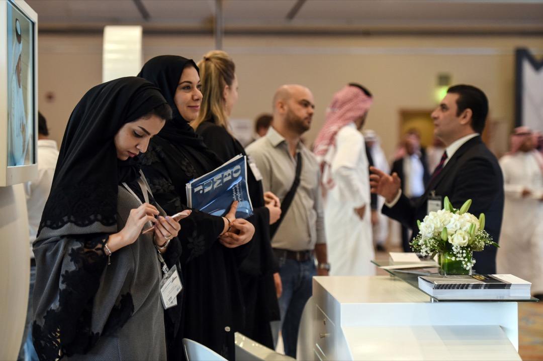 沙特政府推行的「2030願景」改革計劃,在改善國內女性權益方面更是取得了令世人矚目的積極進展,放開了沙特女性進入更多公共空間的權利。圖為「2030願景」的期中一場會議的活動現場。