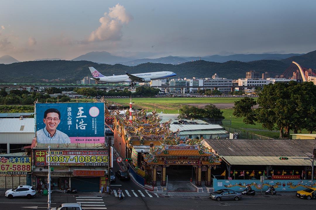 2018年以來,中國壓迫跨國航空公司、旅館連鎖企業,將台灣的名稱加註中國。這些是震懾威嚇性的手法,意在塑造中國強大,台灣弱小,唯有臣服才有出路的印象。圖為台北松山機場。