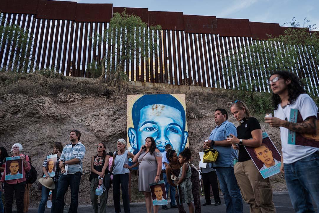 16歲的男孩約瑟(Jose Antonio Elena Rodriguez),就在如今畫像立着的地方,被8顆子彈擊中後背,2顆子彈擊中腦袋,當場斃命。圖為2018年5月10日,示威者聚集在墨西哥諾加萊斯,為墨西哥少年Jose Antonio Elena Rodriguez守夜,他於2012年在邊境被巡警Lonnie Swartz射殺。