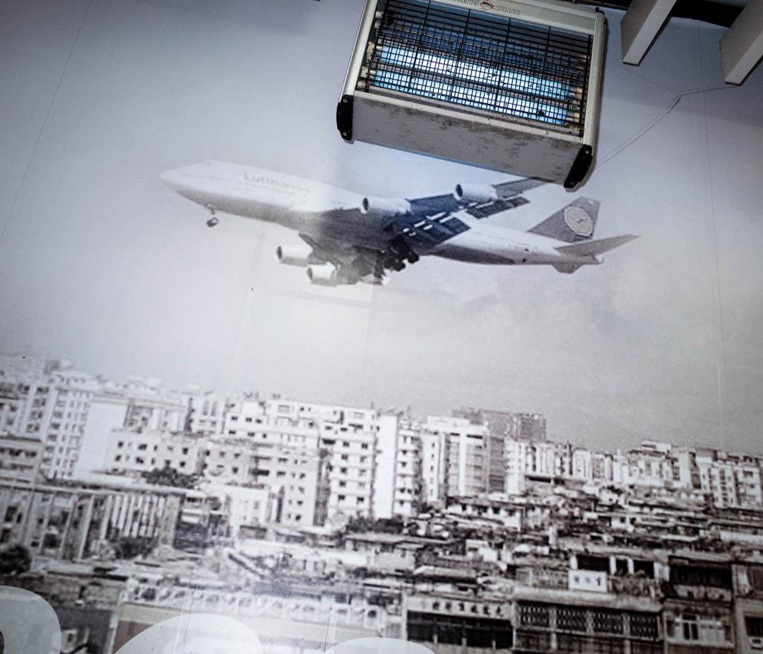 昔日九龍城居民抬頭便能看到一架一架飛機經過,現時的九龍城因沒有樓宇高度限制而搖身一變成一棟一棟牙籤樓。