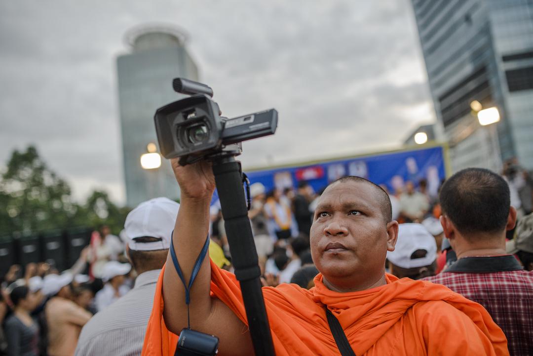 《柬埔寨之春》裡的僧人不只是敲經念佛,他更會帶領村民上街爭取權益。