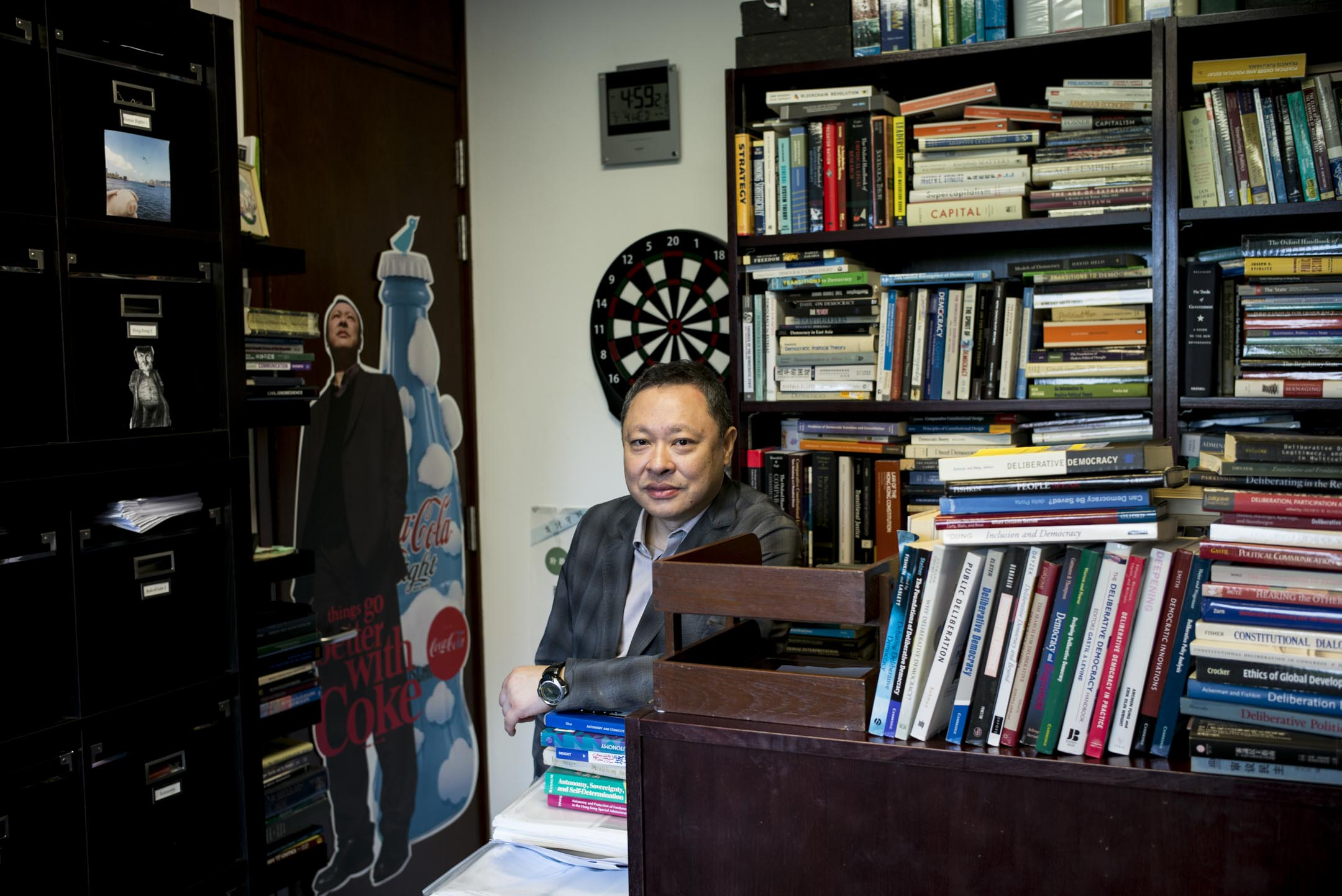 香港大學港大法律系副教授戴耀廷,於新學年向港大申請了半年的學術休假。目前他想更妥善準備明年推動的「風雲計劃」,「接著就是面對十一月的審訊,審完後有機會立即入獄,也要做好自己的心理準備。」 攝:林振東/端傳媒