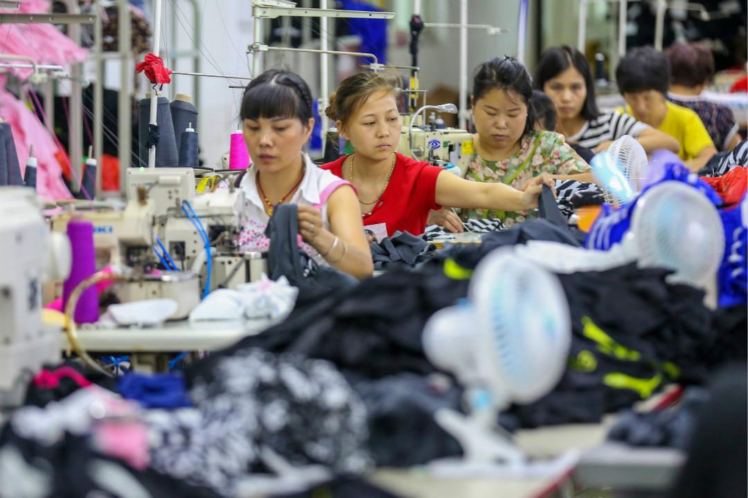 2018年8月2日,中國福建省晉江市一家泳裝工廠的女工。 攝:Getty Images