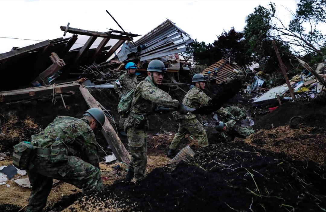 2018年9月7日,日本北海道,日本自衛隊成員在厚真町發生山泥傾瀉附近的民房搜索倖存者。