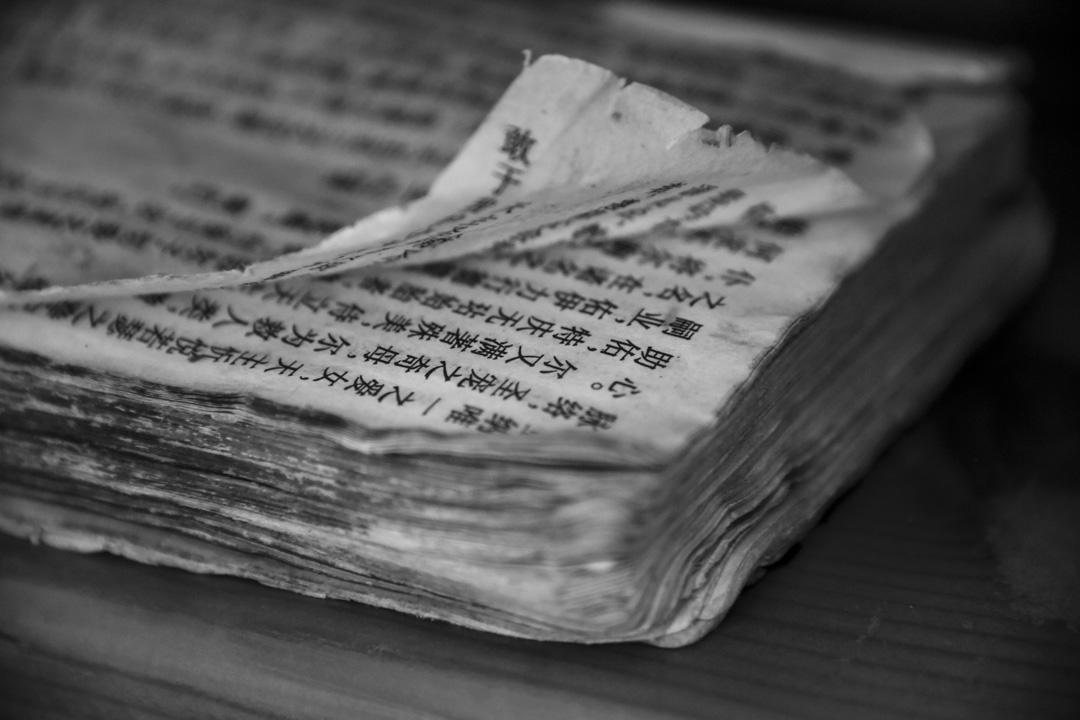 2018年8月12日,中國天主教大教堂出現的一本破舊的聖經。