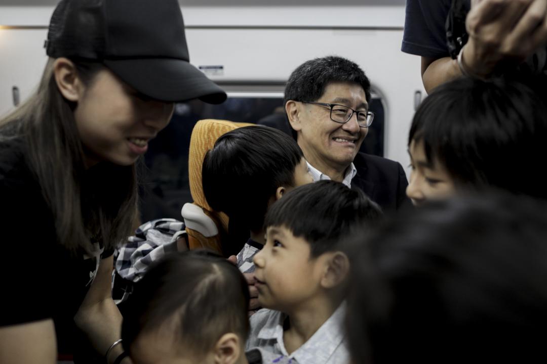 2018年9月23日,港鐵行政總裁梁國權在廣深港高鐵首班列車上與乘客見面和合照。