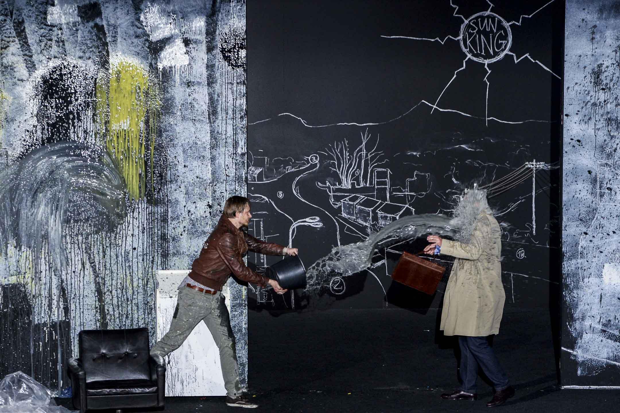 2012年7月17日,法國第66屆阿維尼翁戲劇節上演的《人民公敵》的劇照。