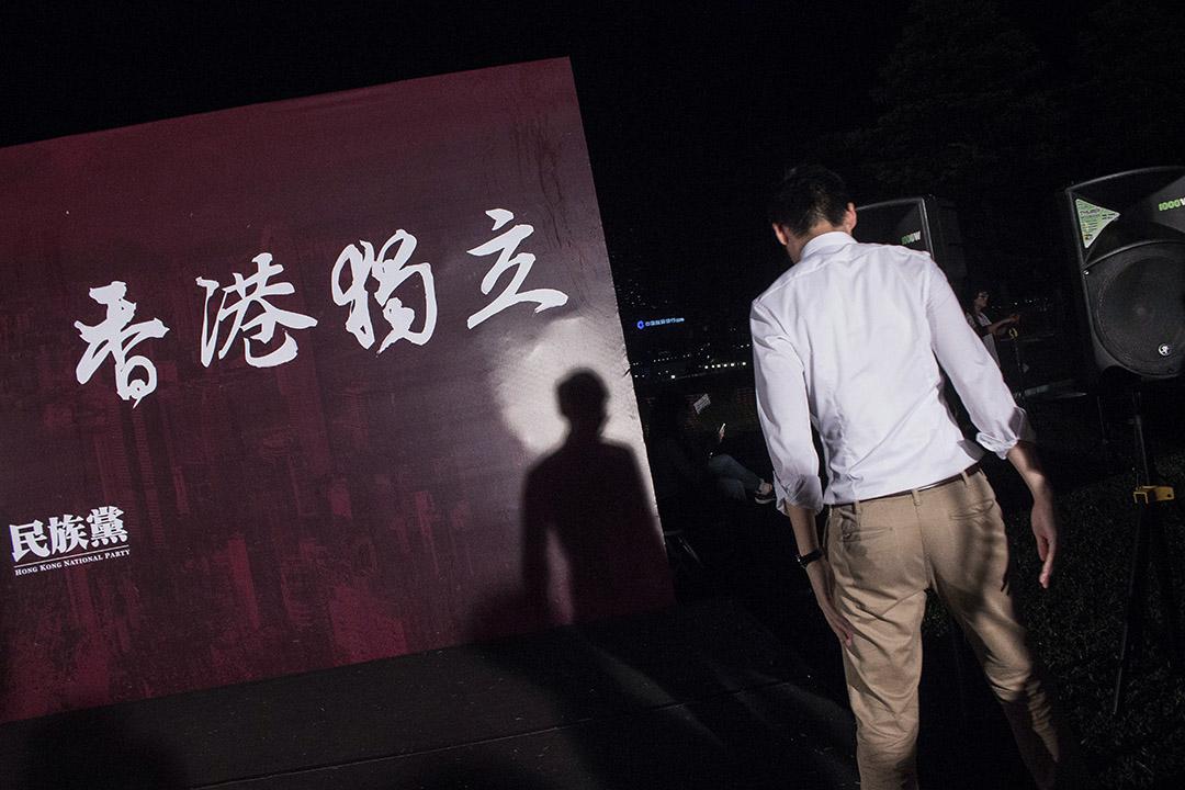 香港民族黨的規模與成員組成都較神秘,且沒有表面上的建制聯繫,給政權帶來的壓力,自然不及新加坡社陣。圖為香港民族黨召集人陳浩天。 攝:陳國誠/端傳媒