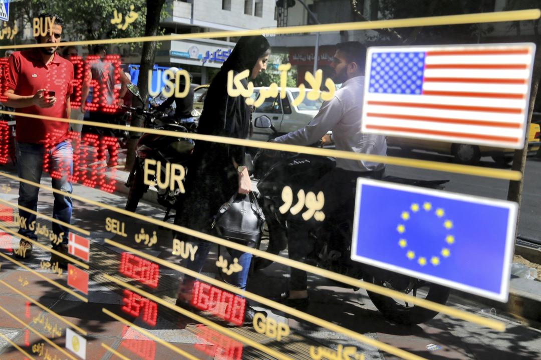 隨著特朗普(川普)宣布退出伊朗核協議(JCPOA)並重新單方面對伊朗施加制裁,伊朗的經濟頓時陷入困境,伊朗貨幣在過去半年內自由落體式地貶值了約50%以上。圖為2018年9月5日伊朗里亞爾貶值至歷史新低,令當地民聚爭相排隊兌換外幣。