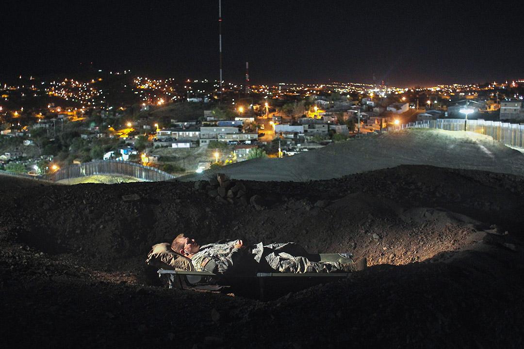 毒品市場在美國,即便邊境上建起再高的牆,只要有金錢的誘惑,總有人能找到穿牆的辦法。 圖為2011年6月22日,一名美軍士兵正在亞利桑那州諾加萊斯的邊境上休息。