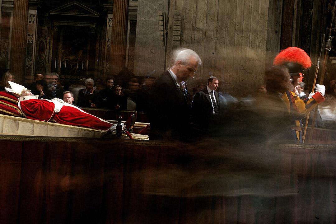 2005年4月,教宗若望保祿二世過世,教廷依慣例於最短時間內舉行喪禮。