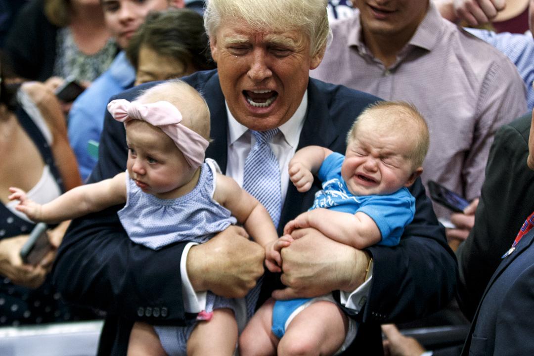 特朗普(Donald J. Trump)出任美國總統一多年來,美國政治陷入近年所未見的混亂。2018年國會中期選舉,普遍預計共和黨將會被特朗普拖累而大敗,屆時共和黨內「挺特」和「反特」派的衝突恐怕更趨白熱化。圖為2016年7月29日,美國科羅拉多斯普林斯市,特朗普於競選集會期間手抱兩名嬰兒。   攝:Imagine China