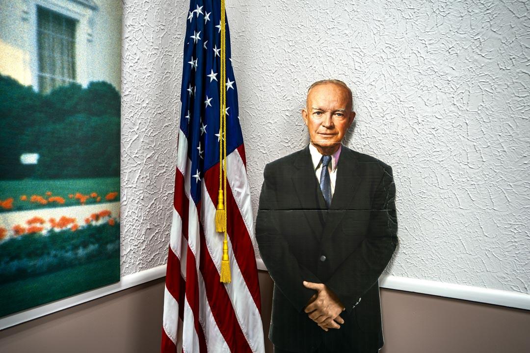 2018年6月1日,美國弗吉尼亞州,綠薔薇(Greenbrier)堡壘的走廊上擺放著美國第34任總統艾森豪的肖像紙牌。
