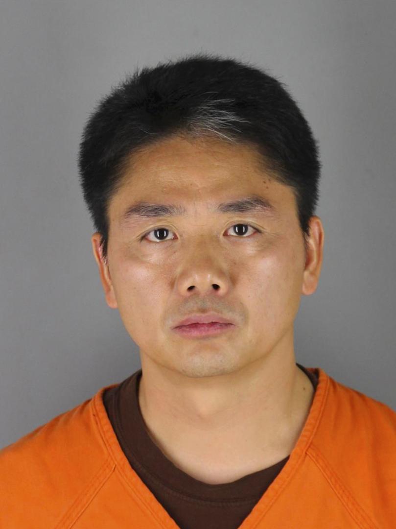 美國警方發佈劉強東被捕的照片。