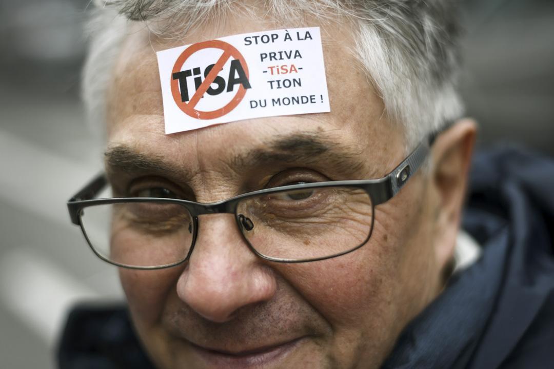 奧巴馬政府推出的服務貿易協定TiSA開放無形商品市場,但近幾年接連爆發的數據醜聞,使得美歐交惡,歐盟益發偏向監管,TiSA也就更難達成共識。圖為2016年12月4日,瑞士一個抗議TiSA的請願。