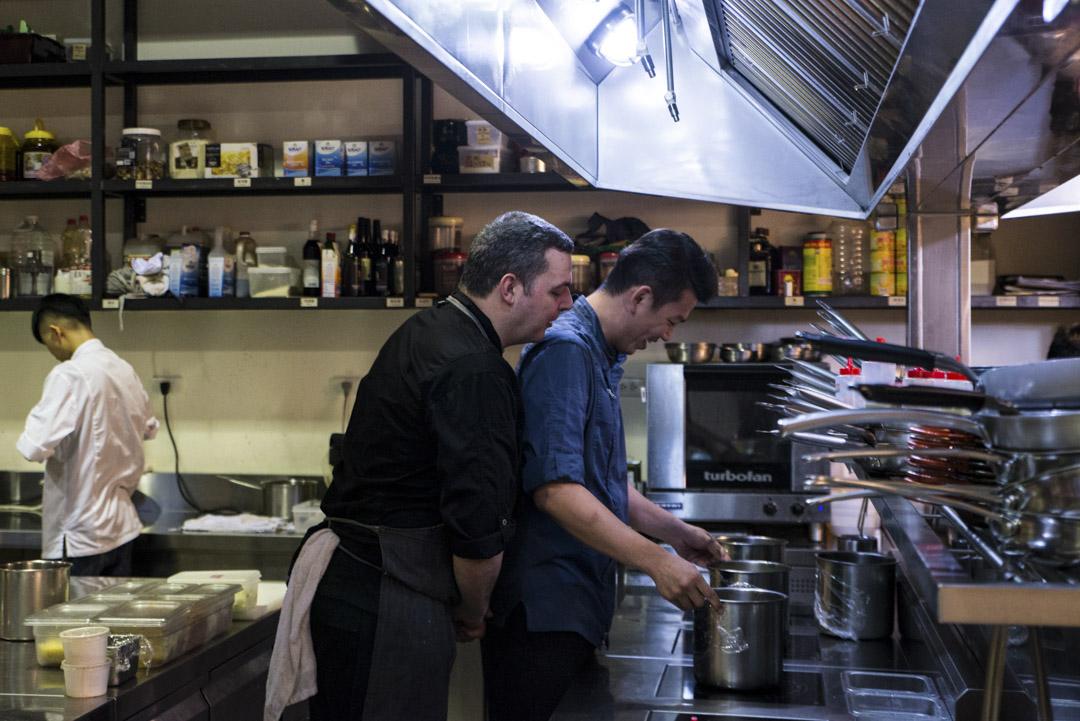 Serjio到了台灣之後,為了在工作上能夠順暢地與廚房夥伴溝通,他開始利用下班後勤奮苦讀,每當遇到不會的單字,隨手點開手機裡頭的翻譯軟體查閱。