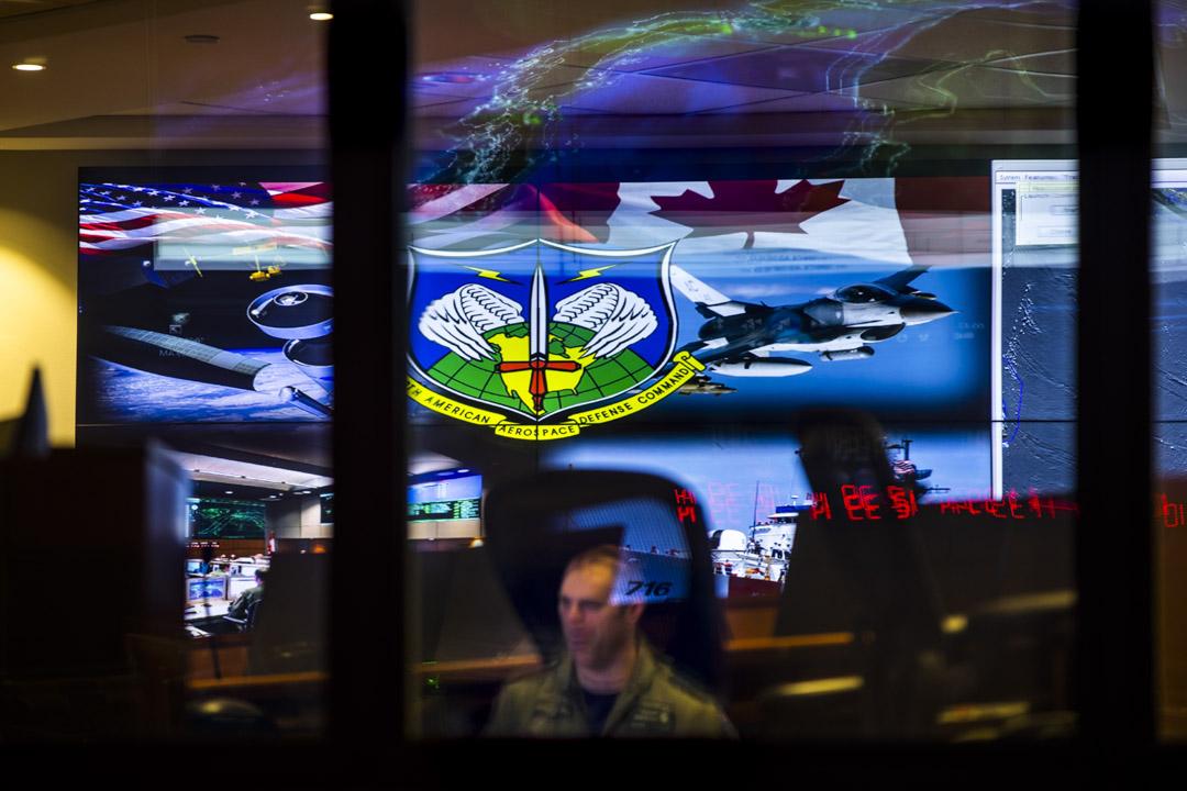 2018年5月10日,美國科羅拉多州,夏延山裏藏著一個北美防空聯合司令部的後備指揮中心——夏延山軍事基地。建在離夏延山頂610米的地底,這裡被喻為是世界上防備最森嚴的軍事基地。迷宮般的指揮中心能承受一個三千萬噸級核彈頭的威力,抵擋電磁脈衝、生化武器以及放射性攻擊。目前,夏延山軍事基地共有300多名員工,負責北美的航空航天控制,包括偵測外來航機或導彈襲擊。