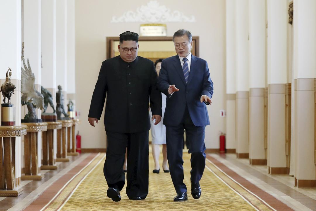 2018年9月19日早上,北韓領袖金正恩與南韓總統文在寅舉行第三輪首腦峰會第二場會談前,在平壤百花園國賓館的走廊上並肩而行。 攝:Pyeongyang Press Corps / Getty Images