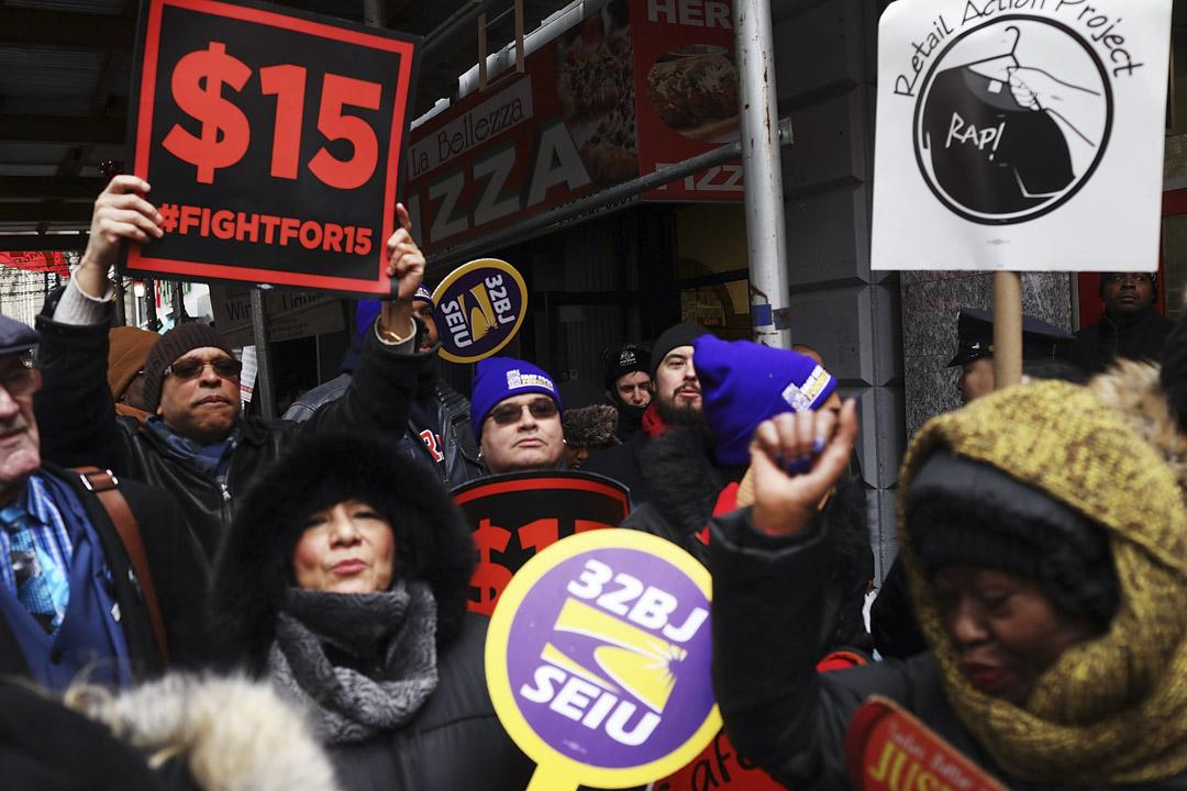 Fight for $15社運組織網絡在全美組織和發起了不計其數的罷工、抗議與遊行活動。短短幾年內成功推動舊金山、洛杉磯、西雅圖、紐約州和麻塞諸塞州出台法律實現這一訴求。圖為2017年2月13日於紐約的Fight for $15運動。