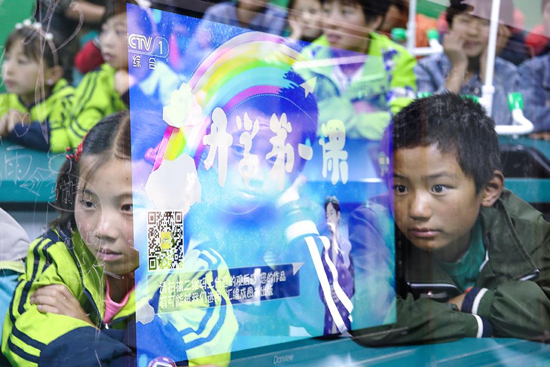 中國中央電視台「開學第一課」播出後,於網上引發爭議。圖為2018年9月1日,寧夏固原西吉縣白崖鄉小坡村的小坡小學,在學校住宿的三十幾個孩子和老師們一起觀看央視的《開學第一課》。 圖:Imagine China