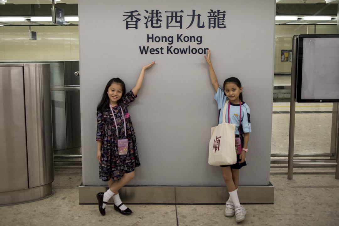 兩位乘客乘搭由福田開往西九龍的高鐵,準時抵達後在月台拍照留念。