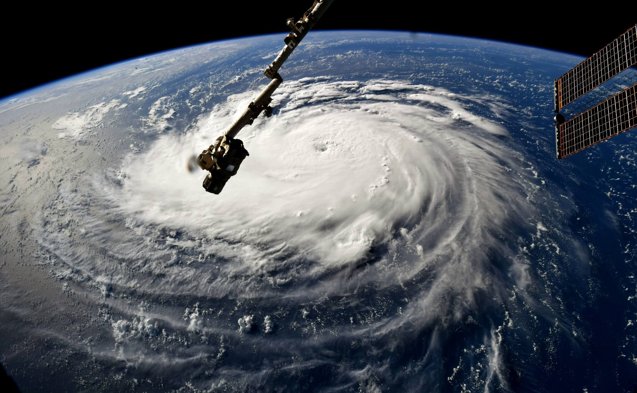 2018年9月10日,四級颶風「佛羅倫斯」正迫近美國東南部,當地氣象部門估計颶風的最強持續風力達到每小時220公里,南北卡羅來納州州長都分別呼籲當地市民盡快撤離。圖片由美國太空總署太空人Ricky Arnold從國際太空站拍攝。