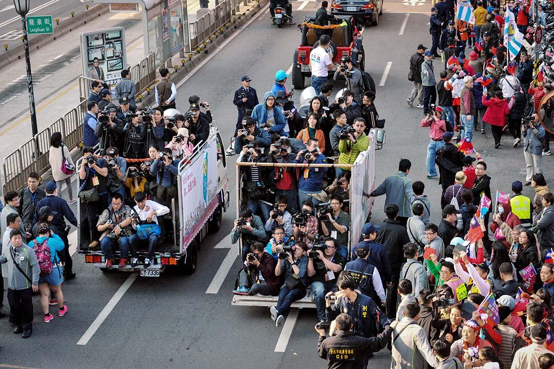 我們習慣性地把所有的新聞都當作「真實」來接受,而新聞評論員則不斷根據新聞做出種種解讀,這些解讀進一步透支了新聞的意義。  攝:Sandy Cheng/AFP via Getty Images