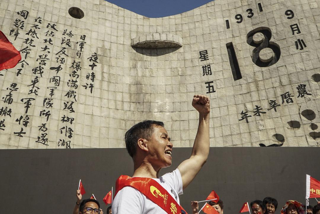 2018年9月18日,「9·18事件」87週年紀念日,一名男子在歷史博物館紀念館前振臂高呼。 攝:STR/AFP/Getty Images