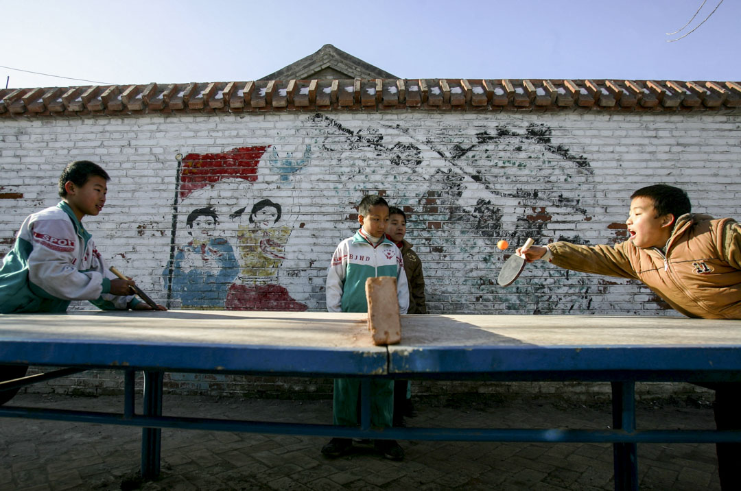 王蓉受邀成為財政部專家,參與設計「農村義務教育經費保障機制改革」,這便是中國免費義務教育背後的財政支持制度。圖為2004年,北京一所農村小學的學生打乒乓球。