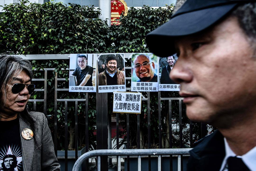 聯合國秘書長古特雷斯(António Guterres)發表年度報告,將中國大陸、俄羅斯等38個國家評為「可恥」,指這些國家採取各種手段報復、恫嚇維權人士。圖為去年12月,香港立法會前議員梁國雄等到中聯辦抗議,要求大陸政權立即釋放多名維權人士及律師。 攝:Anthony Wallace / AFP / Getty Images