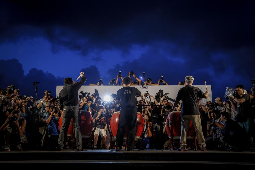 2014年8月31日,全國人大常委會通過香港政改決定,和平佔中晚上在添馬公園發起集會,戴耀廷、陳健民和朱耀明在台上打鼓,戴耀廷稱:「我們會開始一個新的時代,抗命的時代。」