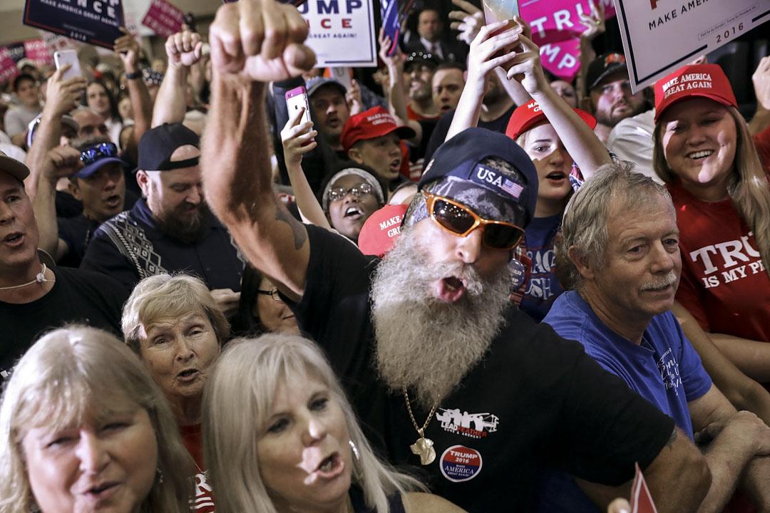 草根白人把生活中所有挫折都歸咎於白人失去優勢,希望一個強人進入白宮為白人出頭,把已經顛倒的再顛倒過來。圖為2016年11月5日,特朗普競選集會的白色支持者。