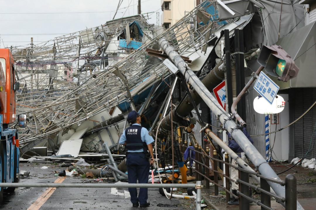 2018年9月4日,日本遭遇25年來最強颱風,大量通訊及電力線路受損。 攝:Getty Images