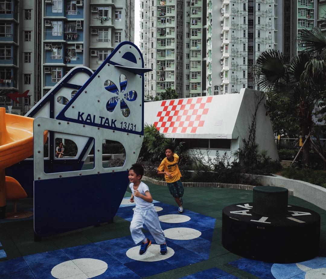 2006年,規劃署落實《啟德發展計畫》發展大綱,計畫在啟德發展區興建兩條公共屋邨。公共屋邨定名為啟晴邨及德朗邨,各以「啟」及「德」來命名。邨內兒童遊樂場的遊樂設施及樓梯亦以啟德機場為主題。