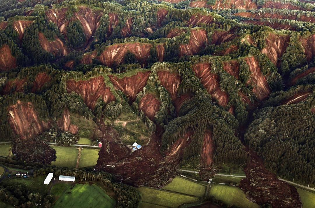 2018年9月6日,日本北海道地震引發厚真町一帶大規模山泥傾瀉,多間房屋倒塌或被壓毀。