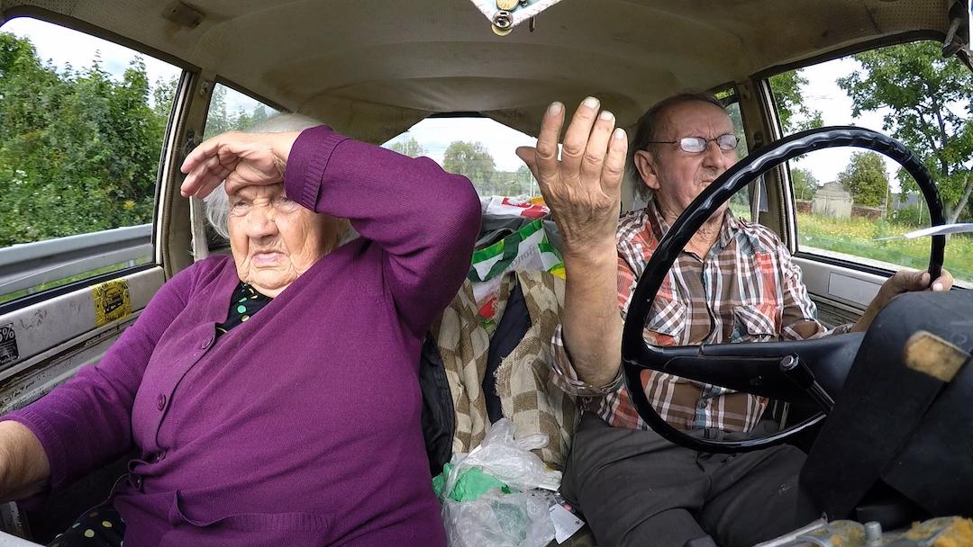 《醜車上路》的一對母子既互相依賴又互相埋怨,一路上爭執不斷。