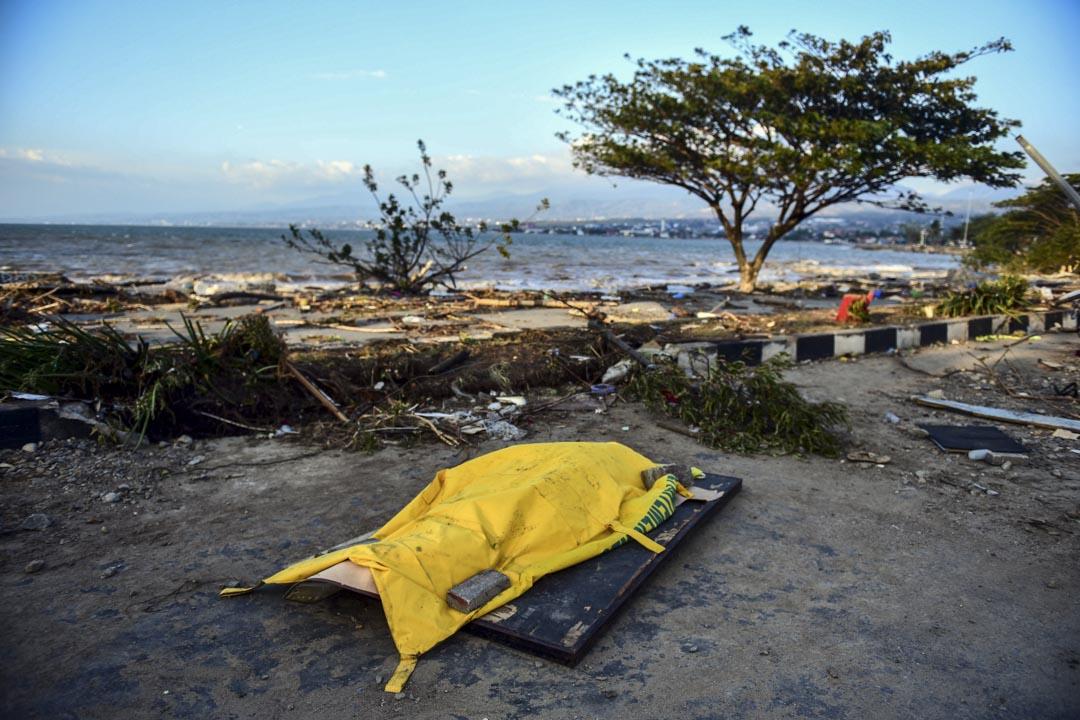2018年9月29日,印尼中蘇拉威西省帕盧市的海邊,一具遇難者遺體。