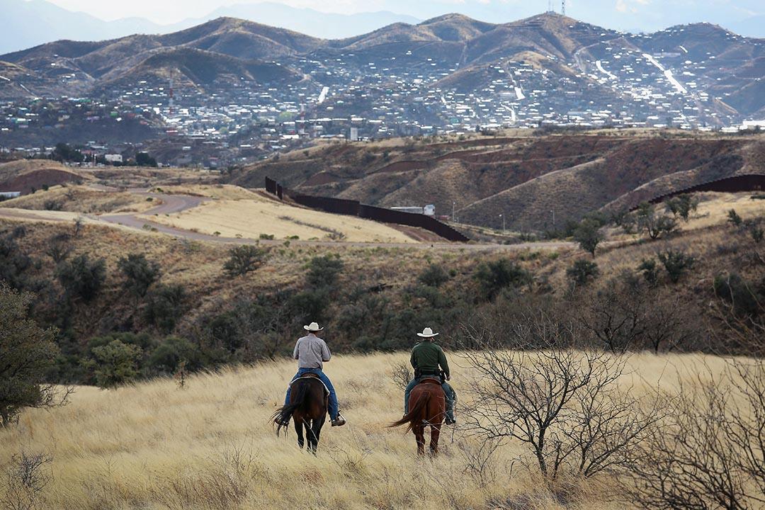 三千公里的美墨邊境線,自1990年代起,統稱為「barrier」(屏障)的柵欄或牆便斷斷續續建起,共有930多公里。 攝:Susan Schulman/Barcroft Media via Getty Images