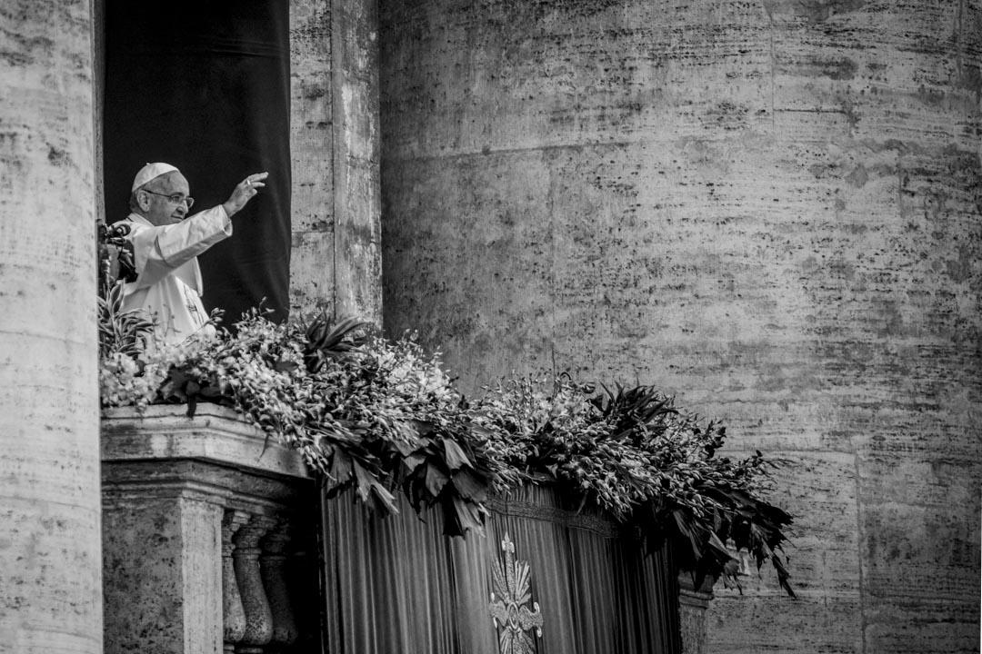 2015年4月5日,教宗方濟各在梵蒂岡復活節彌撒結束時,從聖彼得大教堂的中央露台上向信眾揮手。