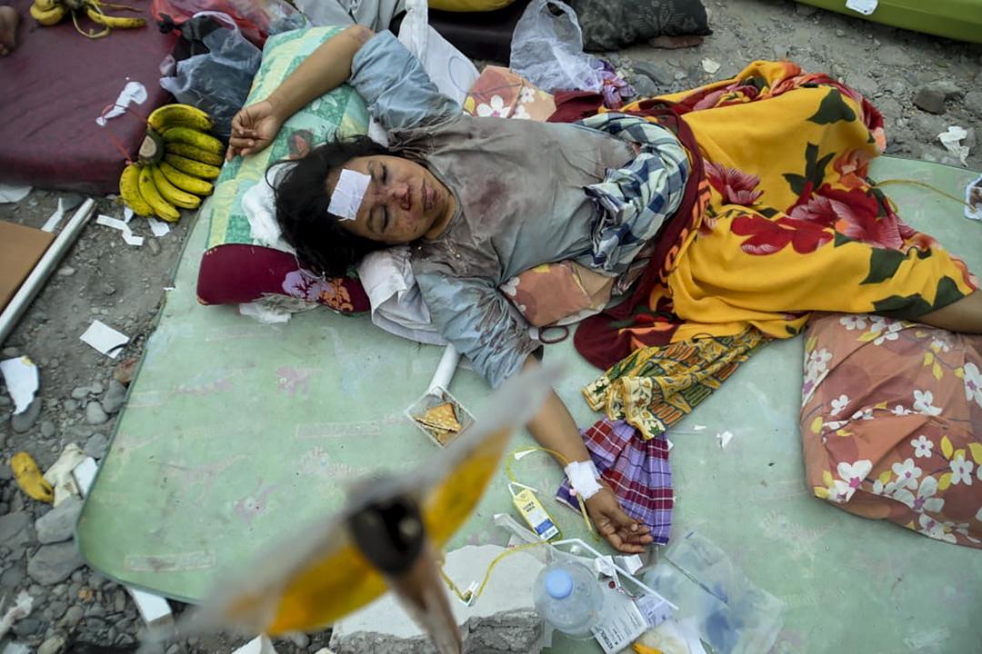 2018年9月29日,一名於地震中受傷的婦人在一家臨時醫院休息。 攝:Muhammad Rifki/AFP/Getty Images