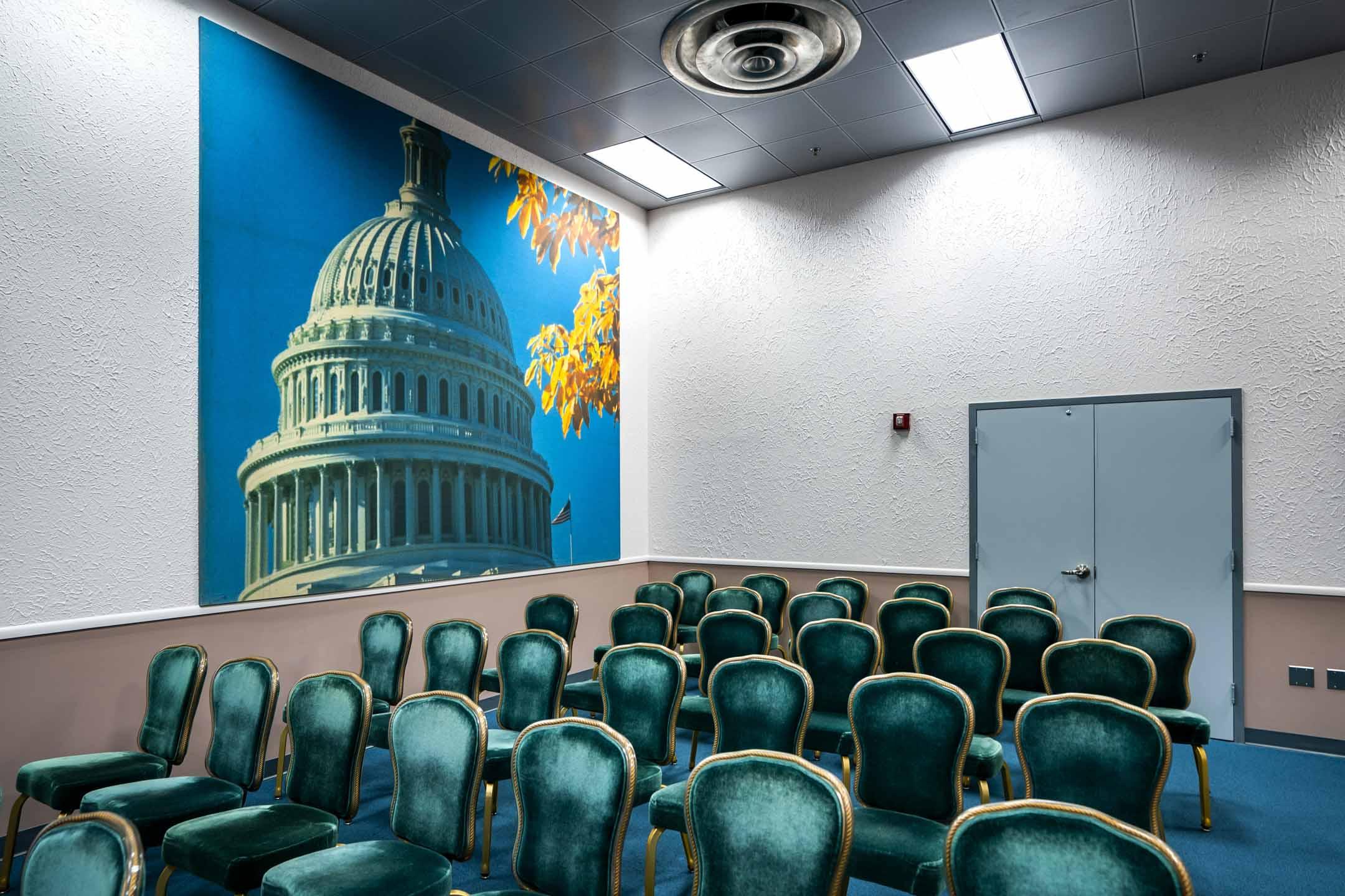 2018年6月1日,美國弗吉尼亞州,綠薔薇(Greenbrier)防空洞的白宮記者室,用於災難時間的新聞發佈之用。綠薔薇是當地赫赫有名的四星級豪華度假中心,這裡的地底曾是冷戰時期美國為防止前蘇聯襲擊而準備的地下國會。這深入地底的防空洞總面積達三千多平方米,於1961年竣工,內部設施齊全,可供過百人使用。如果核戰爆發,全部參眾兩院的議員及助理會被立即遷移到這裡,在堡壘內生活及維持政府正常運作。    攝:Jim Lo Scalzo /EPA