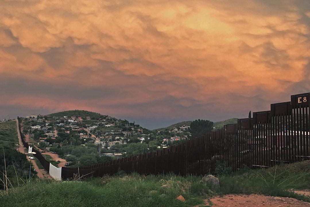 沙漠的烈日落下,天空寬廣,暖調的晚霞美輪美奐。墨諾有25萬人,燈火點點,美諾只是一個有2萬人的小鎮,沒有什麼生機。