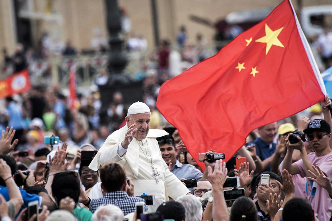 從早期的「使館遷北京」說,到近年盛傳、卻一再被否認的梵蒂岡與北京的建交談判已經進入尾聲一說,台梵關係是否鬆動,各種謠言滿天飛。圖為2016年6月15日,教皇弗朗西斯在梵蒂岡聖彼得廣場經過一面中國國旗。