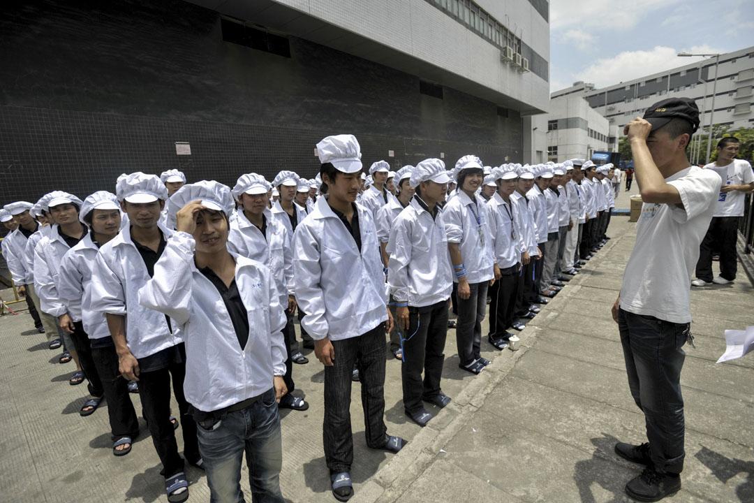 2010年5月27日,富士康工人在他們開始換班前,在工廠外集隊。