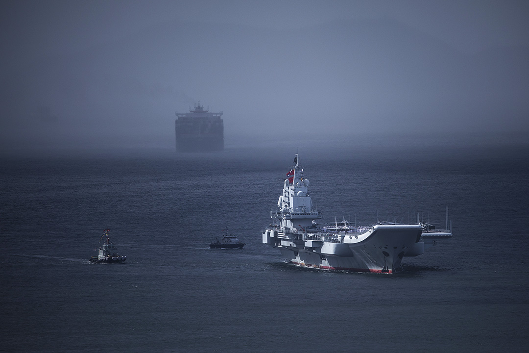 「陸權派」認為,中國應該緩建航母,把有限資源應用到發展陸軍上;而「海權派」則認為,航母是維護中國領土完整和日益擴展的海上利益的利器。圖為2017年7月7日,中國航母遼寧號前往香港。