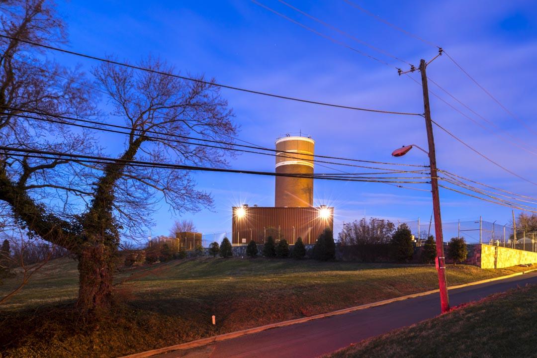 2018年3月8日,美國華盛頓,代號「車輪」(Cartwheel)的防空洞附近安裝了核能通信塔。「車輪」堡壘位於里諾堡公園(Fort Reno Park)內,位於華盛頓最高的地方,始建於冷戰時期,其目的是為保障核災難爆發的時候,與美國其他的末日堡壘的通信。