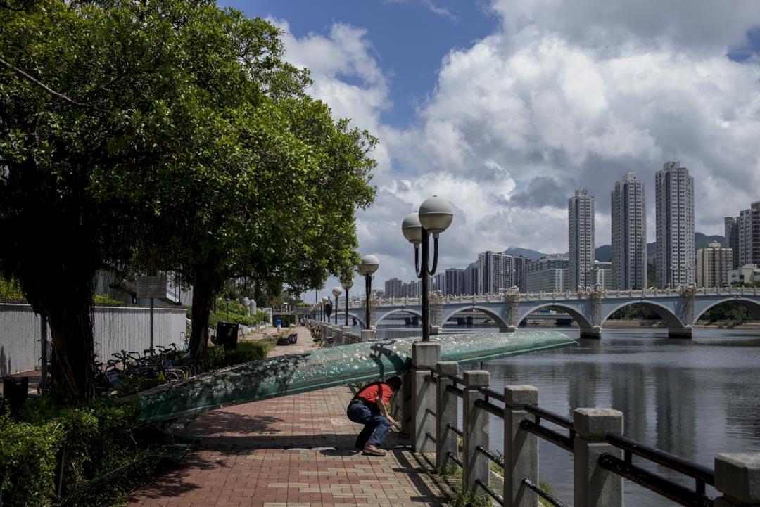 2018年9月18日,一名市民穿過颱風「山竹」吹襲過後的道路。