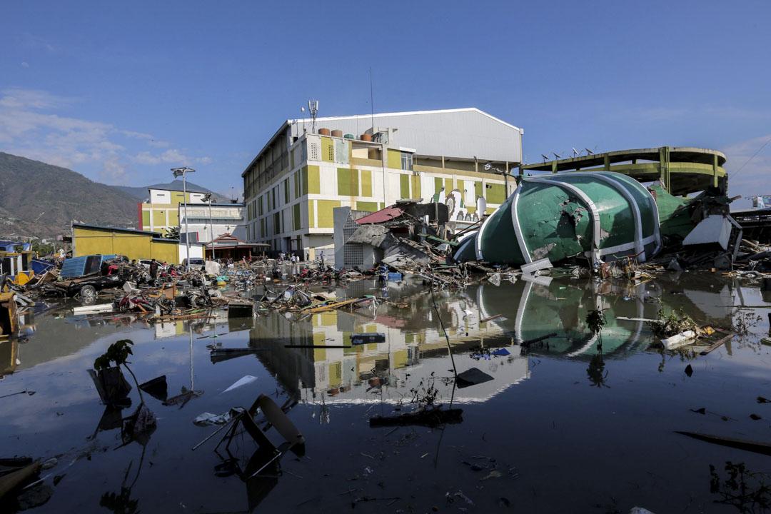 2018年9月30日,地震海嘯發生後,民眾查看購物中心的受損情況。