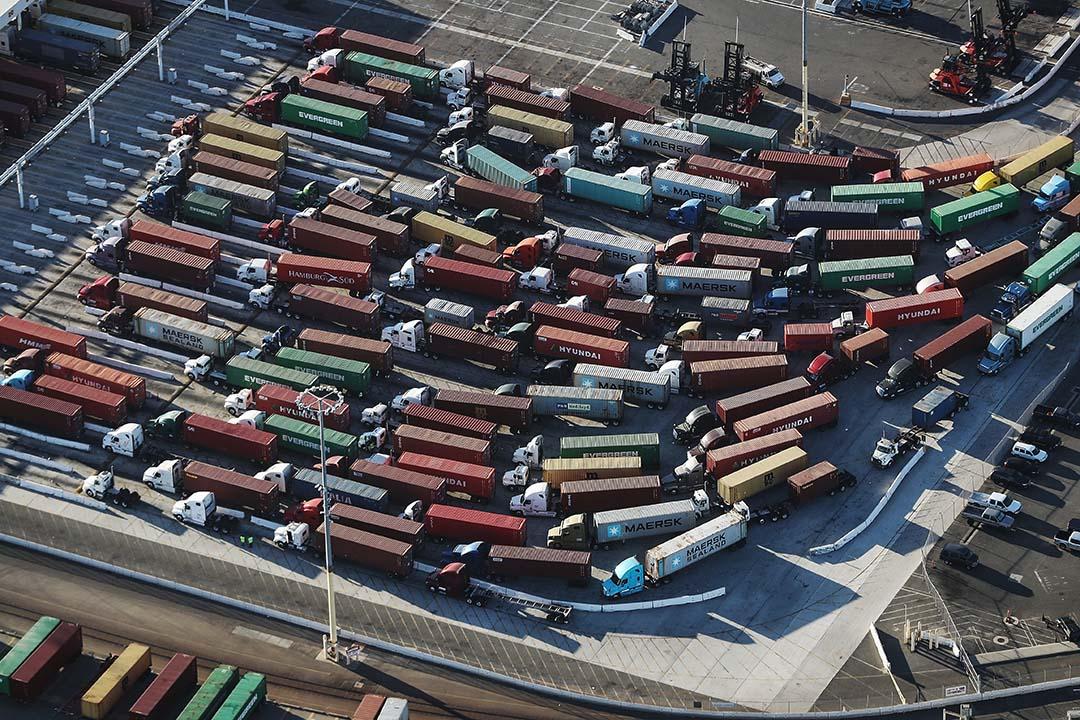 作為普通美國人,一定會發現一些日常消費品,因為貿易戰而變貴了。但這個局部的現象,沒有考慮到美國宏觀經濟的情況。圖為2018年9月18日,美國加利福尼亞州,貨櫃車在全國最繁忙的港口洛杉磯港。