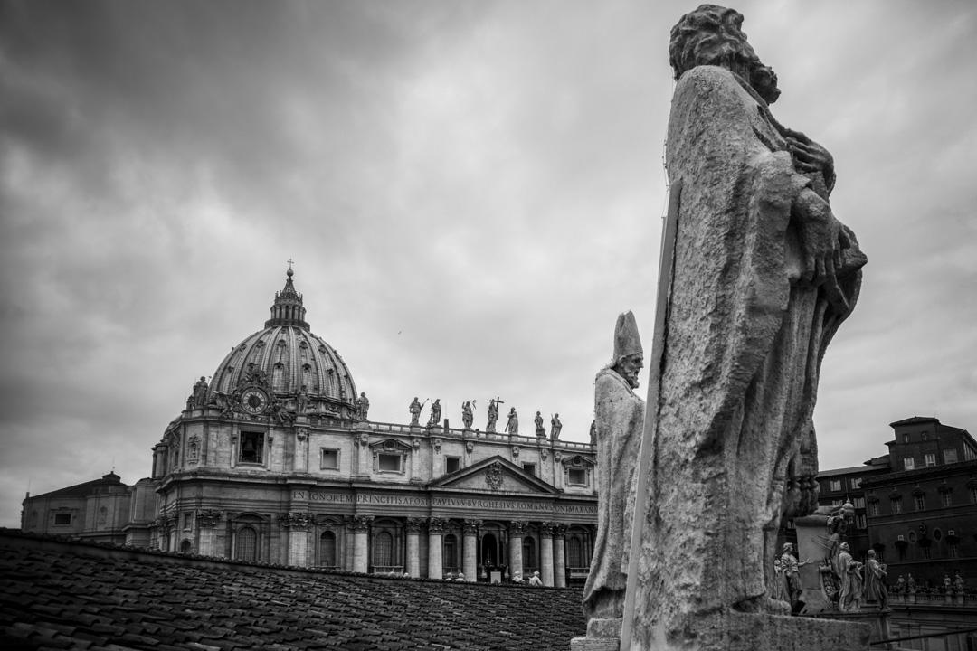 梵蒂岡位於義大利首都羅馬西北角的高地上,由天主教教廷統治,為世界天主教信仰的中心,因梵蒂岡為教宗的駐地所在,教廷大部分的機關也皆位於城內,故一般皆將「梵蒂岡」與「教廷」一詞畫上等號。